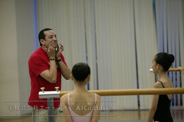 Houston Ballet Master Claudio Muñoz during class