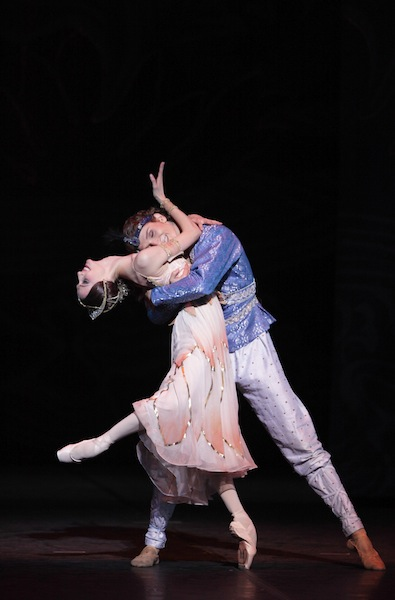Marlon Dino as Solor and Svetlana Zakharova as Nikiya