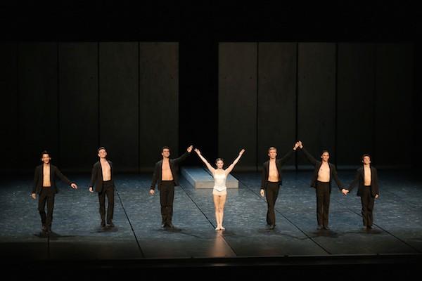 Alina Cojocaru, Dawid Trzensimiech and Artists of Romanian National Ballet. Photo: © Kiyonori Hasegawa / NBS Japan