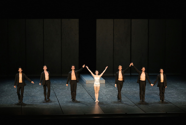 Alina Cojocaru, Dawid Trzensimiech and Artists of Romanian National Ballet. Photo: © Kiyonori Hasegawa / NBS Japan