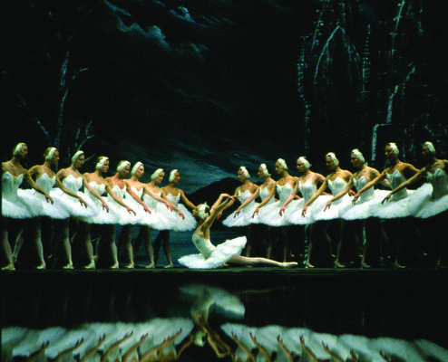 Irina Kolesnikova and Artists of SPBT in Swan Lake - Photo: © SPTB