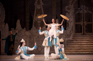 Francesca Hayward as Clara and Artists of The Royal Ballet in the Chinese Dance