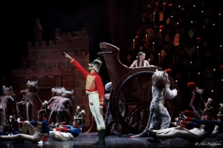 James Hay as Hans-Peter, Anna Rose O'Sullivan as Clara and Artists of the Royal Ballet in The Nutcracker