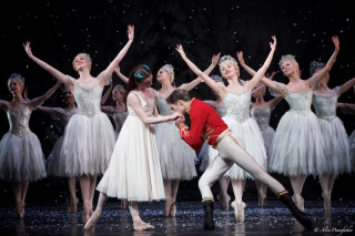 James Hay as Hans-Peter, Anna Rose O'Sullivan as Clara and Artists of the Royal Ballet as snowflakes