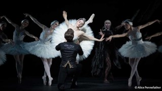 Marianela Núñez as Odette, Vadim Muntagirov as Prince Siegfried and Artists of The Royal Ballet in the Royal Ballet's Swan Lake