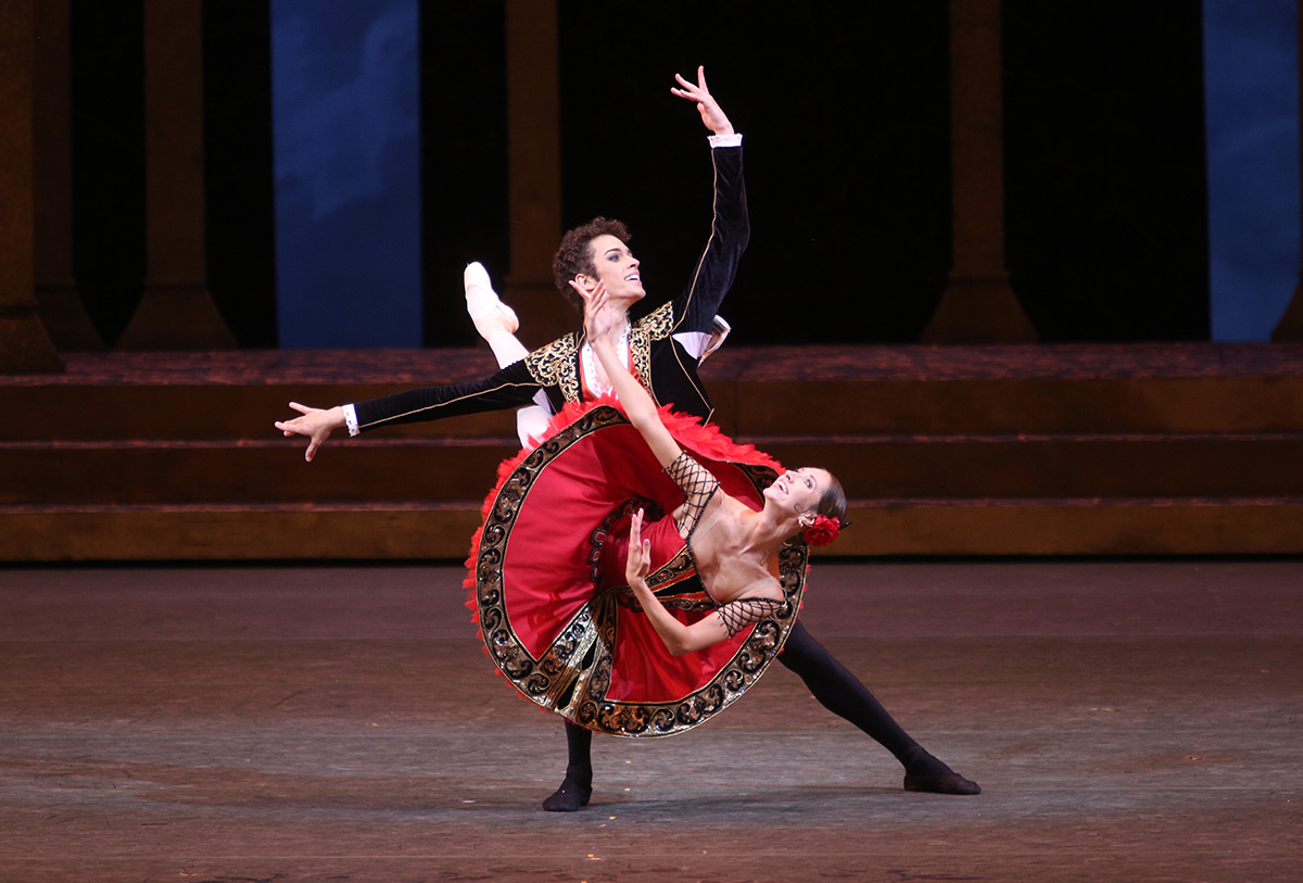 Margarita Shrayner and David Motta Soares in Don Quixote.